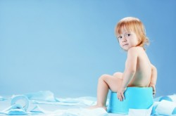 Учим ребенка справлять нужду в горшок. Первые походы в туалет